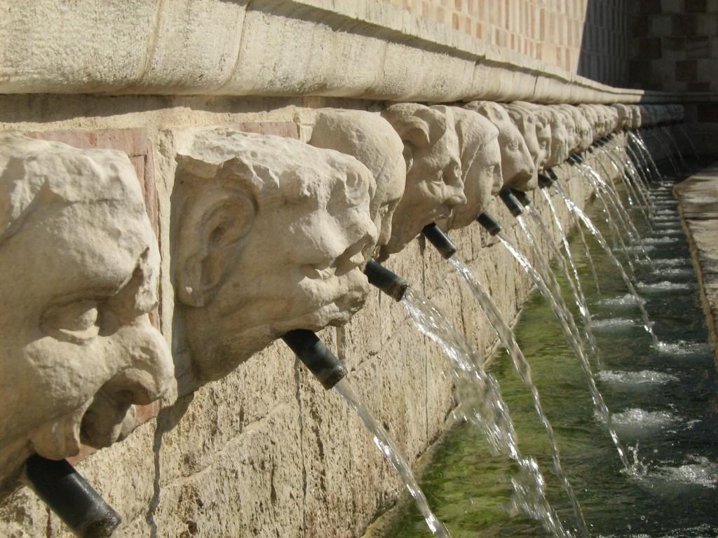 """Dettaglio della Fontana della Rivera, detta """"delle 99 cannelle"""" (foto di Camillo Berardi)"""