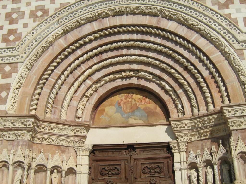 Dettaglio del portale centrale della Basilica di Santa Maria di Collemaggio (foto di Camillo Berardi)