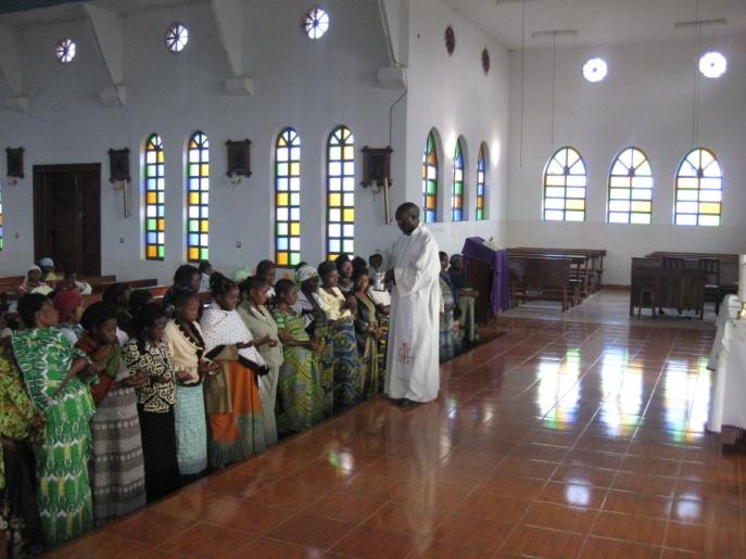 Interno Chiesa - Don Jacob benedice le donne incinte