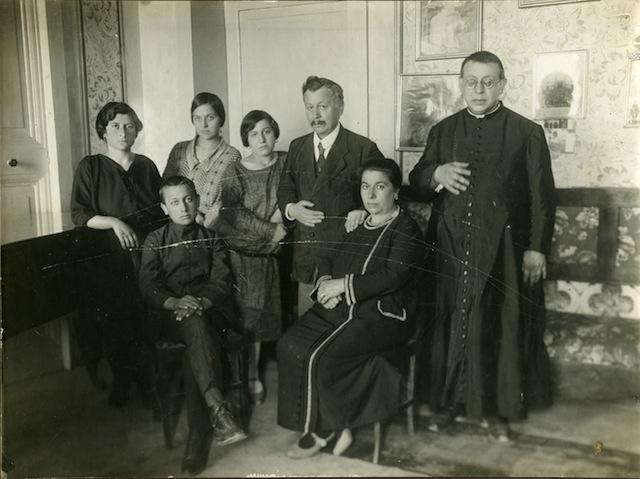 1_Ritratto della famiglia De Martinis a Canzano all interno di Palazzo De Martinis nei primi anni 20  copia