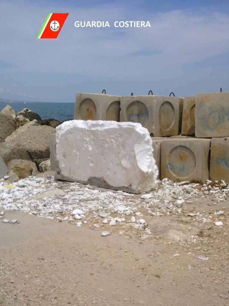 Foto del polistirolo abbandonato sul molo nord