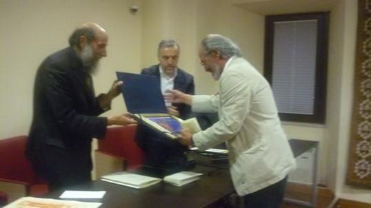 : Foto di repertorio – Il Maestro Lorenzo Bruno premiato dal Dott. Pasqualino Del Cimmuto Sindaco di Pescocostanzo -.