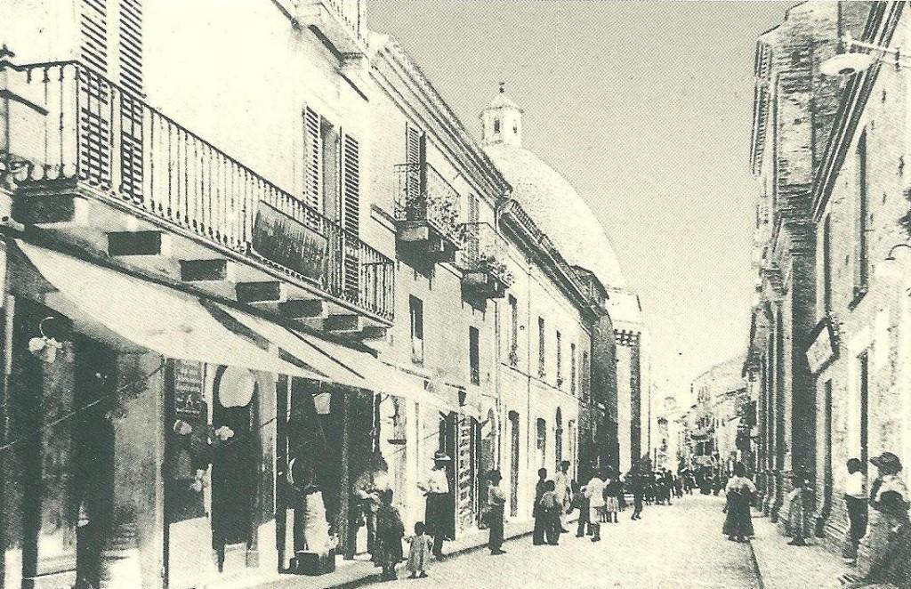 A sinistra il negozio in Corso Garibaldi, 82 a Giulianova alta, di Marceliano De Angelis e Domenica Meo, nonni materni di Maria Sechini