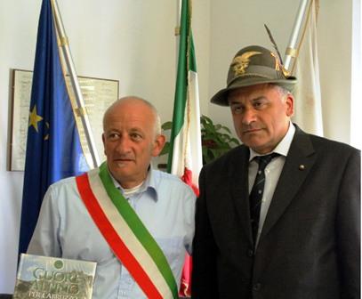 Sergio Paolo Sciullo della Rocca con il Sindaco