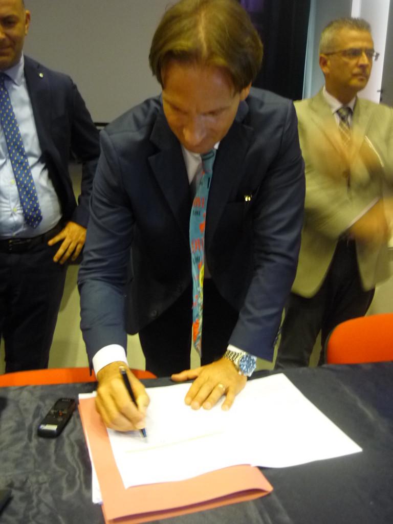 Il sindaco Mastromauro firma