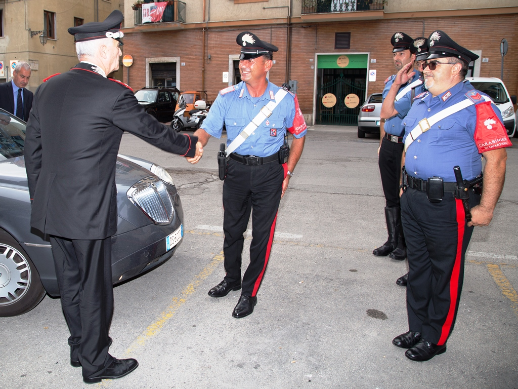 Il Gen.Del Sette saluta i Carabinieri di Quartiere nel Centro Storico di Teramo (1)