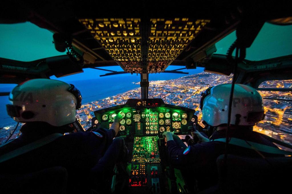 Pescara, piloti e specialisti in volo in elicottero del 11° Reparto Volo di Polizia di Stato 2015-07-30 © Massimo Sestini