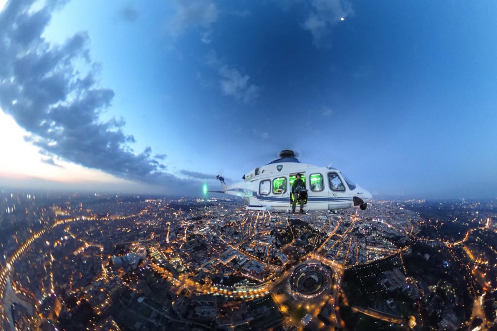 Roma, selfie a 360° del fotoreporter Massimo Sestini con l'elicottero AW139 della Polizia di Stato  del 1° Reparto Volo al crepuscolo sopra la città ed il Colosseo 2016 03 23 © Massimo Sestini
