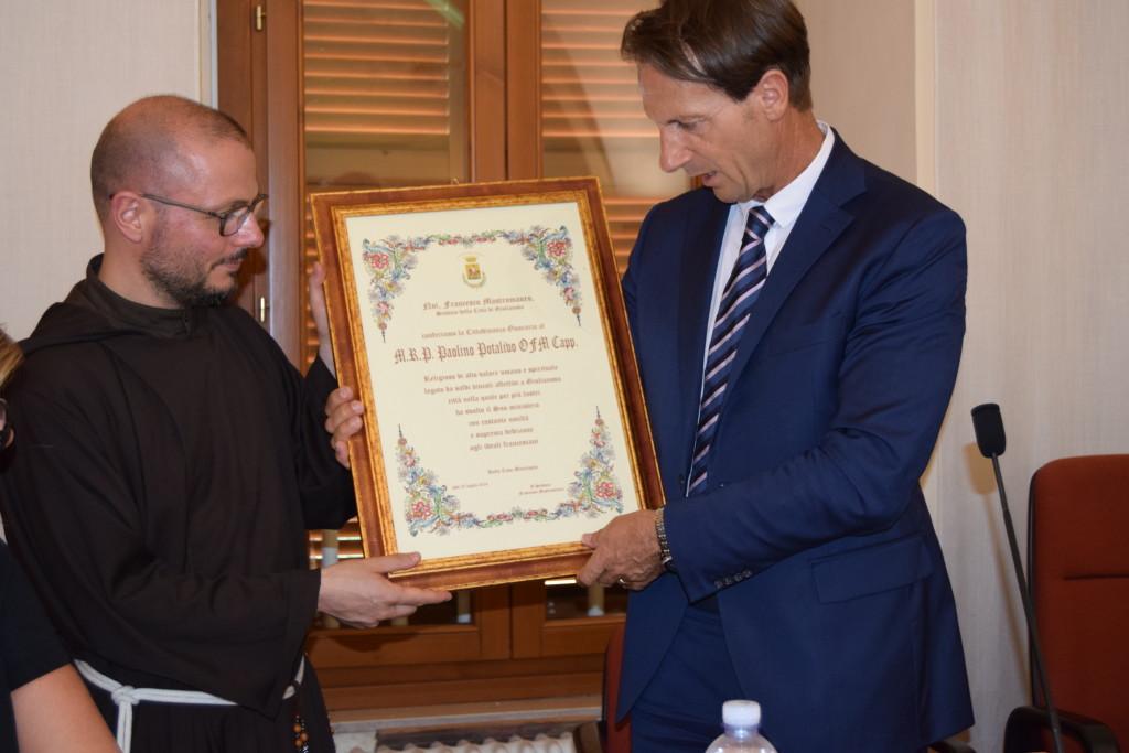 il sindaco Mastromauro consegna la pergamena a P. Simone