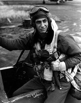"""Il """"Top Gun"""" abruzzese. Leo F. BUTISTE ( Di Battista) un eroico pilota della Seconda Guerra Mondiale discendente di una """"dinastia"""" arrivata negli Stati Uniti da Castel del Monte (AQ) ."""