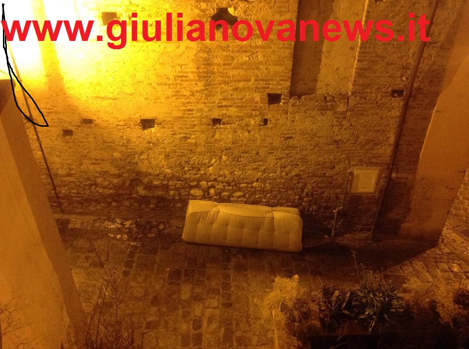 Giulianova. Centro Storico: il degrado continua, anche i materassi lasciati sul muro della Chiesa della Misericordia. Le foto.