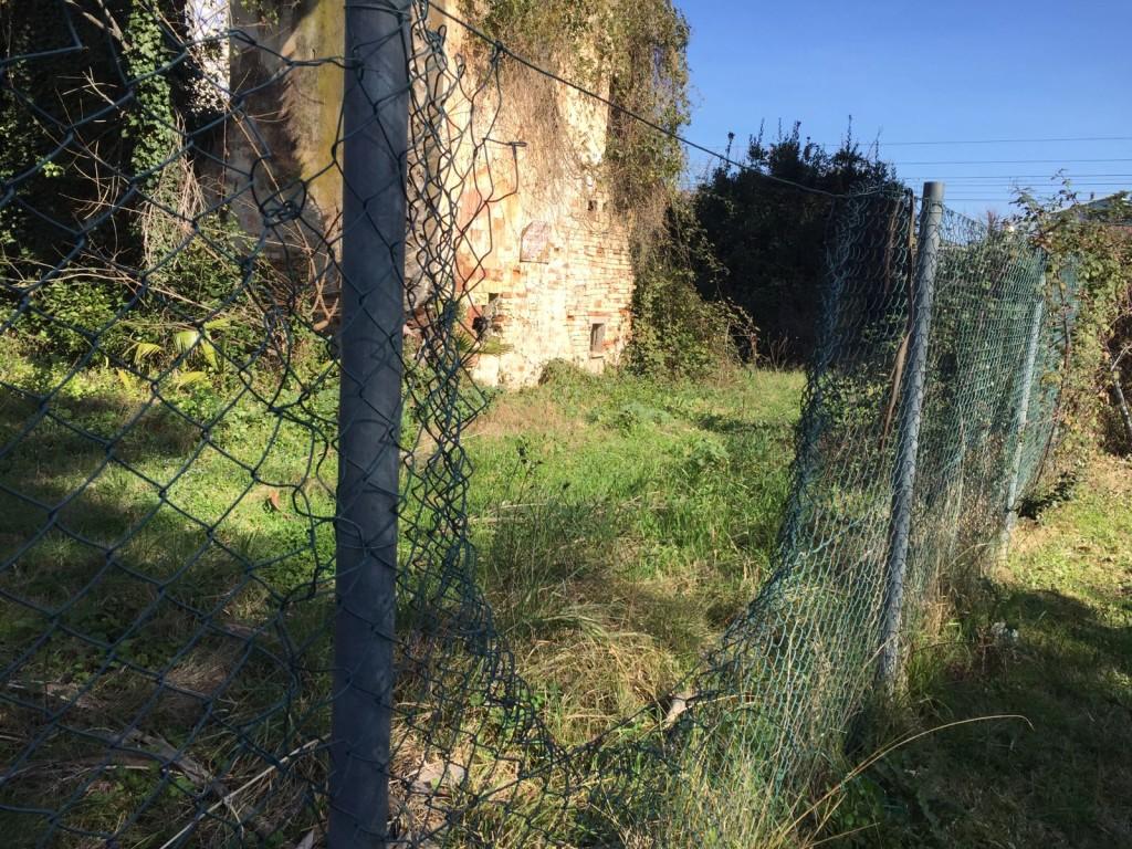 Lo stato della recinzione di Villa Clemente