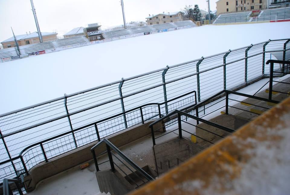 """Giulianova. Stadio comunale """"Rubens Fadini"""". Effettuati interventi sulle torri-faro per lo svolgimento delle partite in notturna"""