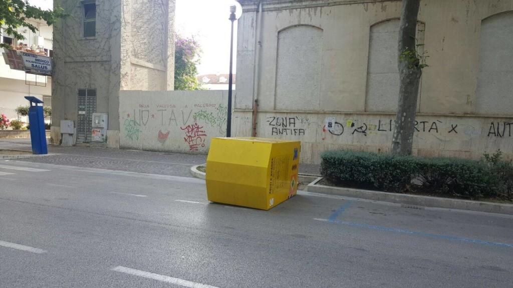 Giulianova. (cassonetto rovesciato) HUMANA People to People Italia: invitiamo la cittadinanza a continuare a donare i propri abiti per sostenere i progetti di HUMANA nel Sud