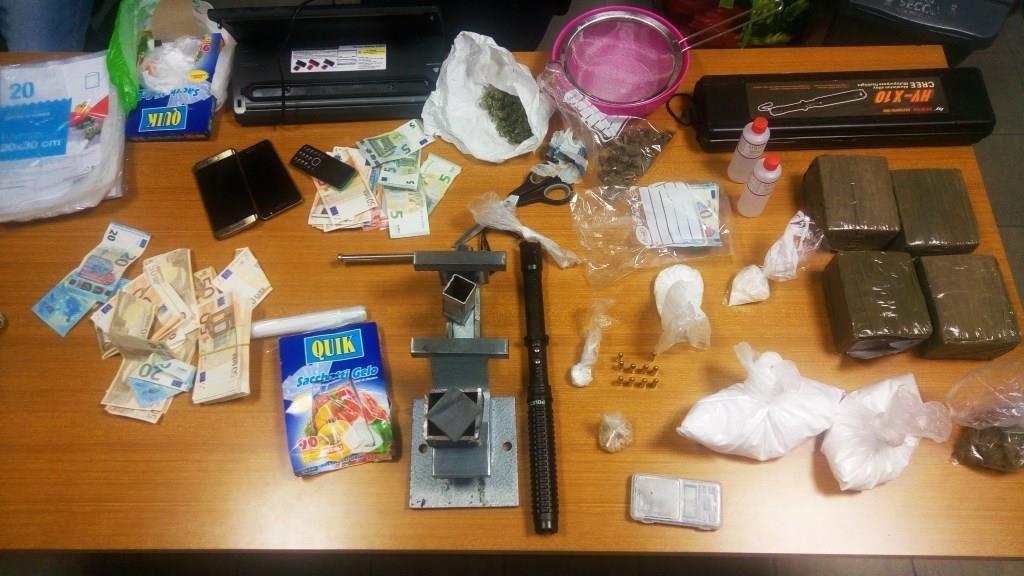 I Carabinieri del Nucleo Investigativo di Teramo hanno tratto in arresto un trentenne di Napoli sorpreso a Porto Sant'Elpidio (FM) con droga e banconote false.