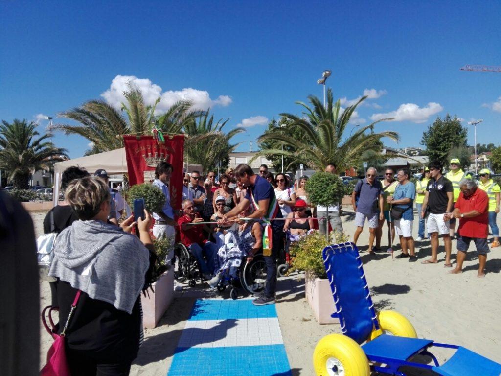 """Giulianova. Inaugurata oggi la spiaggia libera a misura di disabile. Il sindaco: """"Giulianova dimostra una particolare sensibilità""""."""