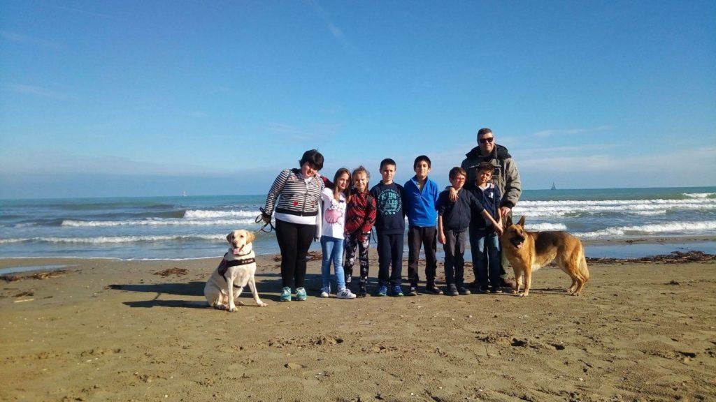 Giulianova. Pet therapy nella spiaggia libera a sud del porto di Giulianova con le unità cinofile ANC Abruzzo