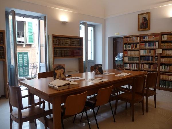 """Continua il rinnovamento della Biblioteca civica """"V. Bindi"""".  Tornano al lavoro le bibliotecarie per la catalogazione, in corso il riordino e l'aggiornamento delle sezioni e del nuovo deposito"""