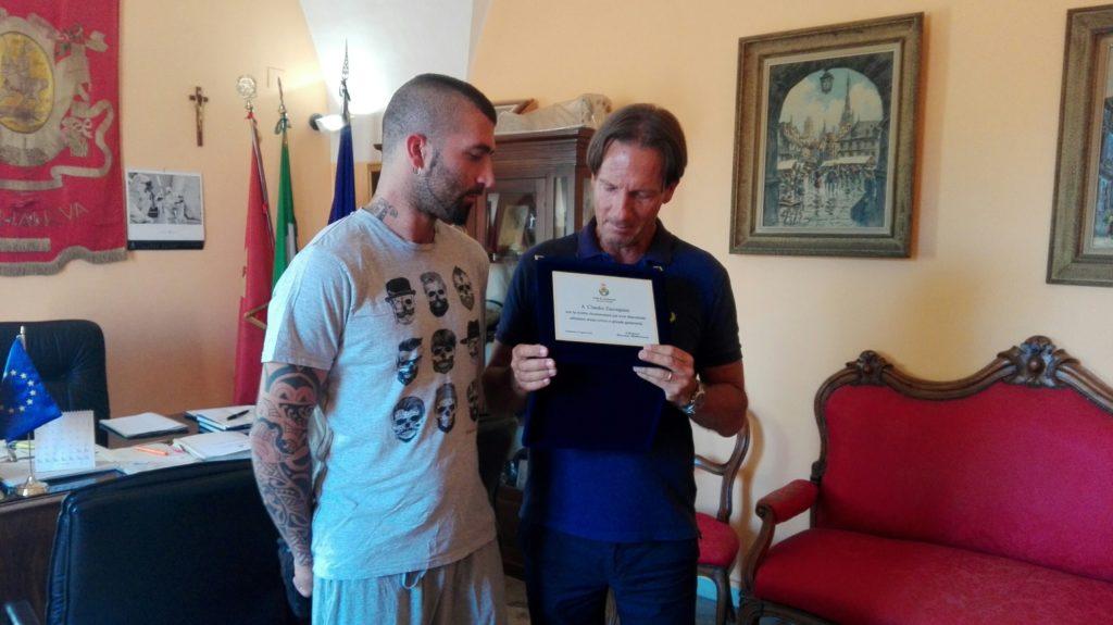 Giulianova. Encomio del sindaco a Claudio Zaccagnini, l'ex calciatore giallorosso che per primo praticò il massaggio cardiaco al ragazzino folgorato il 7 luglio scorso.