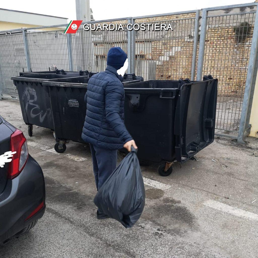 Giulianova. Multato un uomo di Mosciano Sant'Angelo per aver gettato i propri rifiuti nel porto giuliese.