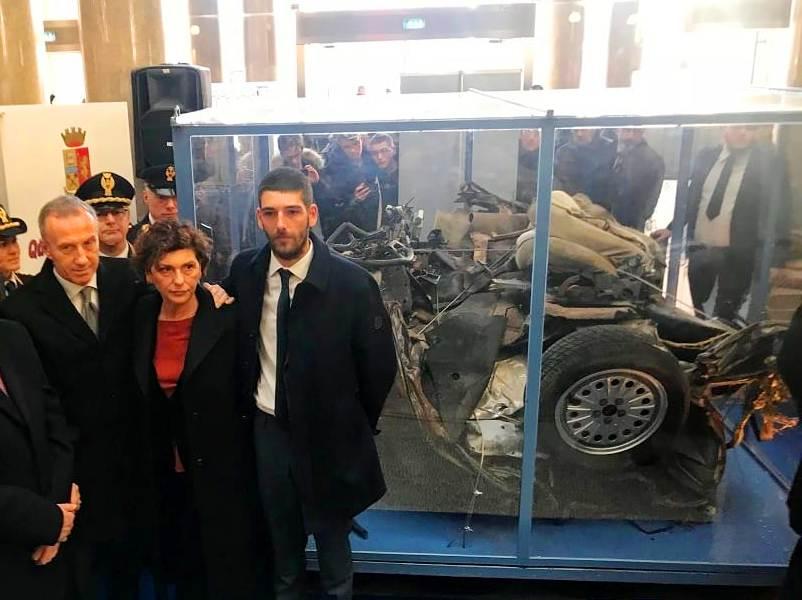 Teramo. L'auto di scorta di Giovanni Falcone in Piazza Martiri giovedì 9 maggio
