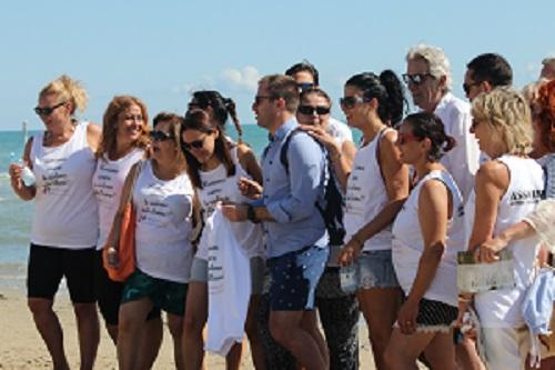 Giulianova. Uomini e donne in mare a Giulianova contro la violenza sulle donne insieme a Gabriellino Palestini