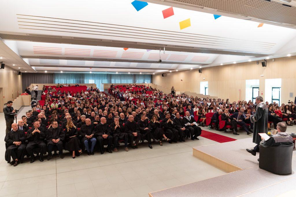 """Teramo. Nuovi laureati ATSC: ultima cerimonia per il Preside uscente Traini che  anticipa la laurea magistrale in """"Comunicazione per l'Azienda e il commercio"""""""
