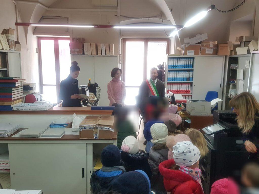 Giulianova. Scolaresche in Comune: i bambini dell'Infanzia in visita alla Sala Consiliare e all'Ufficio Anagrafe