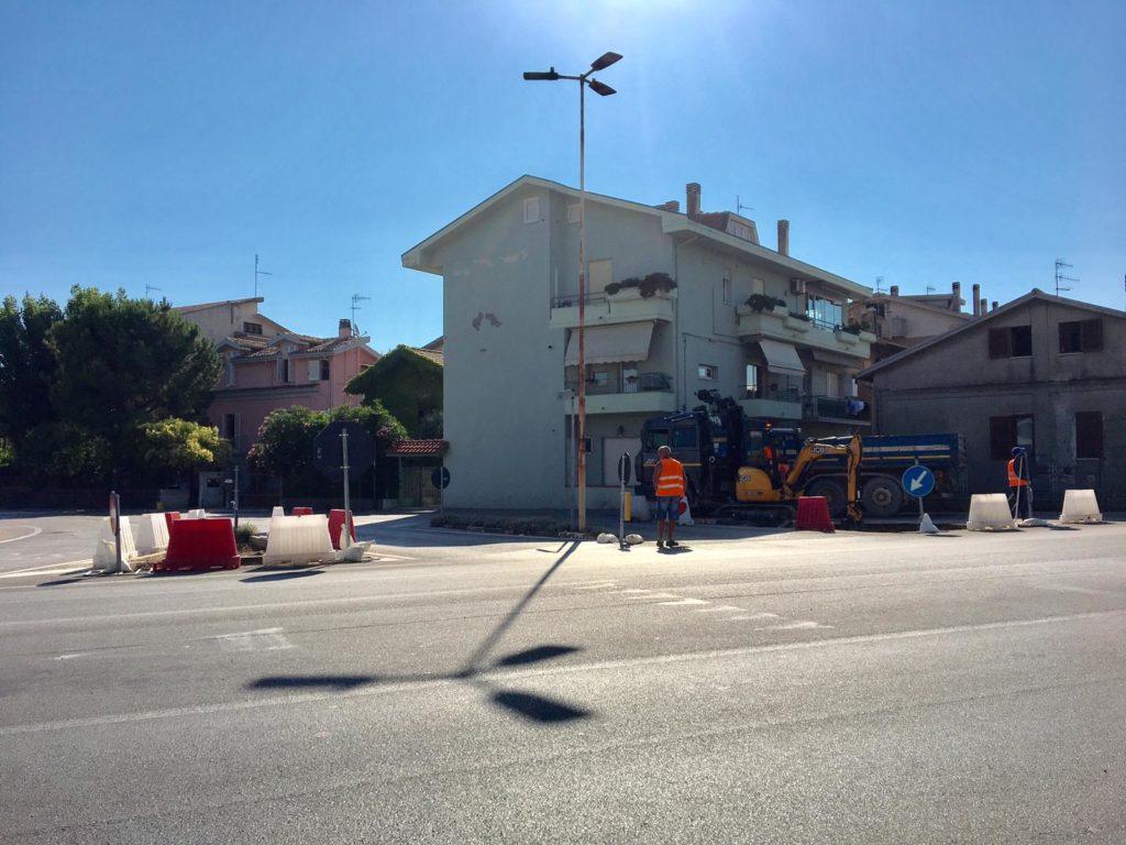 Al via sulla SS16, all'incrocio con via Martella, i lavori per la realizzazione di una rotatoria a cura dell'ANAS