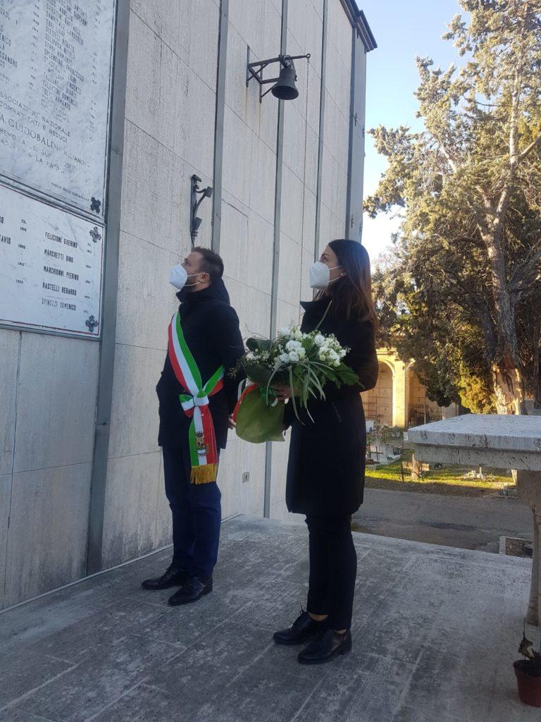 Giornata della Memoria. Il Sindaco Costantini depone fiori sulla lapide del cimitero che commemora i cittadini caduti della Seconda Guerra Mondiale, in ricordo dei 16 giuliesi morti nei campi di prigionia tedeschi