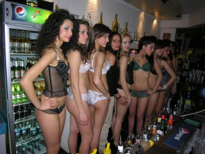 Ragazze al bar in intimo