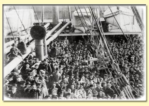 emigranti europei in attesa dello sbarco a new york - anni venti del novecento
