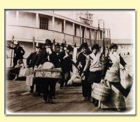 gruppo di emigranti italiani durante la fase dello sbarco a ellis island