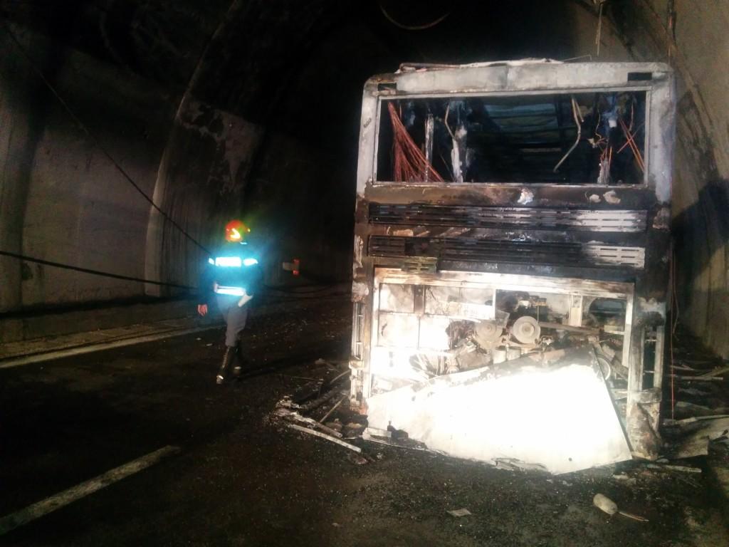 Incendio di un autobus all interno del traforo del gran for Interno autobus