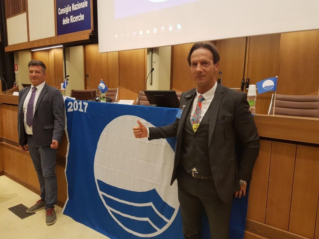 8 maggio 2017. Consegna della Bandiera Blu a Giulianova. A sinistra l'assessore Grimi, a destra il sindaco Mastromauro
