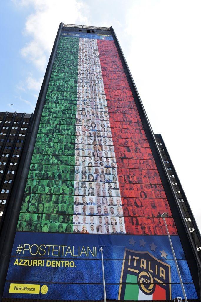POSTE ITALIANE: UN TRICOLORE DI 60 METRI CON LE FOTODI MIGLIAIA DI DIPENDENTI PER TIFARE GLI AZZURRI