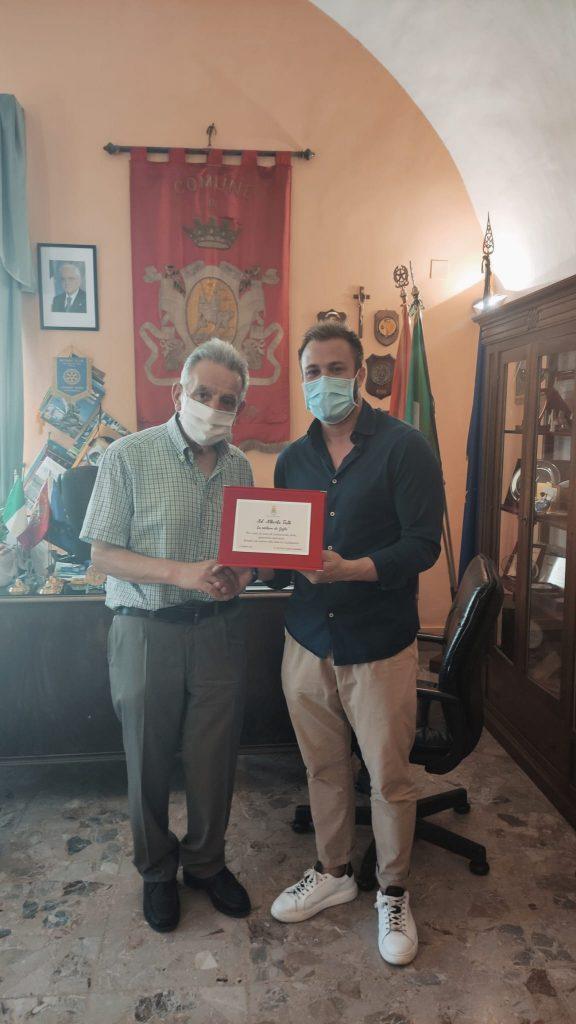 L'amministrazione comunale consegna una targa al maestro Alberto Tulli, storico sarto di Giulianova.